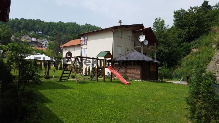 Semizovac , imanje sa 5 novih kuca pored rijeke na prodaju!